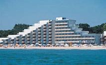 All inclusive на брега на морето в Албена през Юли с чадър и шезлонг на плажа пред Хотел Славуна