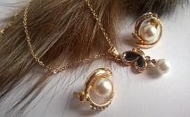 Колие и обеци от естествени перли със Сваровски елементи и  златно покритие от 18КТ!     Характеристики:  Естествени перли със Сваровски елементи и 18КТ златно покритие;  Ръчна изработка;  Не променят цвета си;  Размер на колието - 46 см;  Р