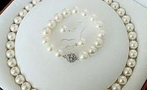 Колие, обеци и гривна от естествени перли!   Характеристики: Размер на гривната - ластична основа стига до 24 см.; Размер на огърлицата - 53 см.; Обеци; Размер на обецата - 2 см.; Размер на естествената перла на обецата - около 11 мм.; Цвят на пер