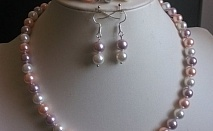 Комплект от естествени перли -красиво и нежно бижу от о-в Майорка.Огърлица,гривна и обеци.  Колие, обеци и гривна от естествени перли!         Характеристика:    Гривна - 24 см.;    Огърлицата - 53 см.;    Размер на обецата - 2 см.;